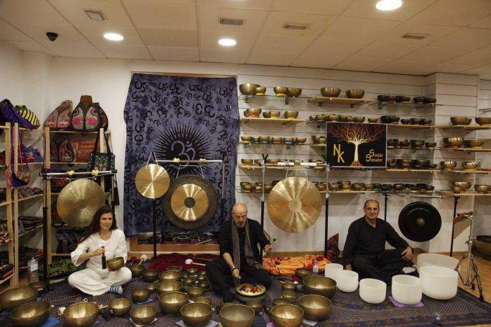 Yatrabuda inaugura en Majadahonda el primer taller de cuencos tibetanos con una exposición de más de 500