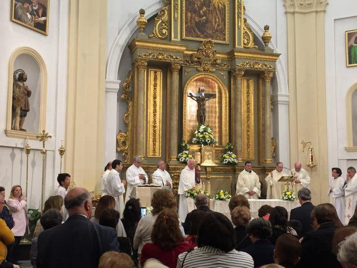 """El párroco Paco Ruano recibe la """"paloma"""" de Carmen Perujo: amplio reconocimiento social a sus 25 años de sacerdote"""