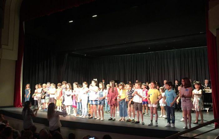 La Escuela de Música de Majadahonda celebra la graduación de sus alumnos más jóvenes con diplomas y entre ovaciones