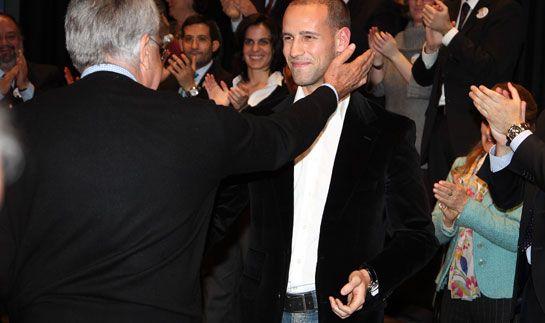 Felipe González (PSOE), protagonista del pleno de Majadahonda junto a Victoria Wharrier (PP)