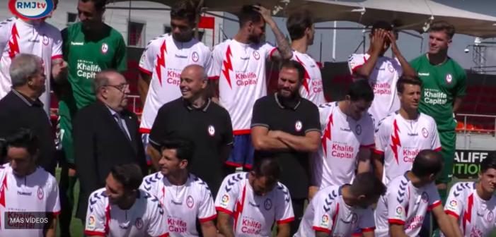 """El presidente del Rayo Majadahonda se cuela en la foto con los jugadores: """"¿quién sale más guapo?"""""""