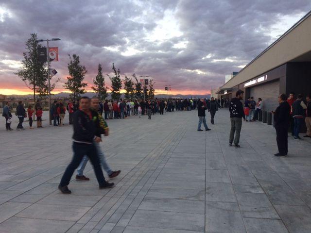 30 autocares, 70 peñas y 3.000 seguidores del Oviedo toman el Wanda: Rayo Majadahonda solo abre 3 taquillas y mezcla aficiones
