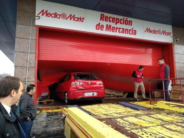 """Un """"alunicero"""" iba dentro del coche que se empotró en el Media Markt Majadahonda y un """"topo"""" le informó"""