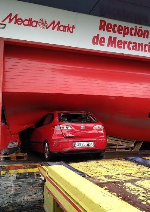 Espectacular robo en Media Markt Majadahonda: elevan un coche para empotrarlo y roban 70.000 € en móviles