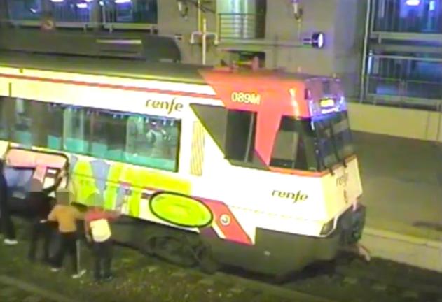 5 grafiteros sabotean el tren de Majadahonda coincidiendo con la exposición de Bansky en Madrid