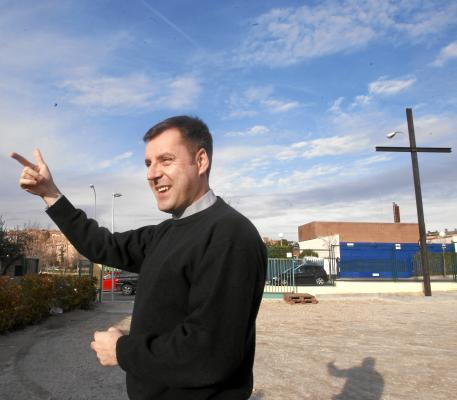 "El párroco David Benítez (Santa Genoveva Majadahonda) recuerda que ""podemos acercarnos a la parroquia a rezar"""