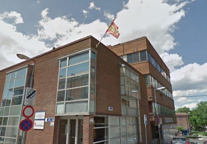 A vueltas de nuevo con la bandera de España en la calle Viento de Majadahonda