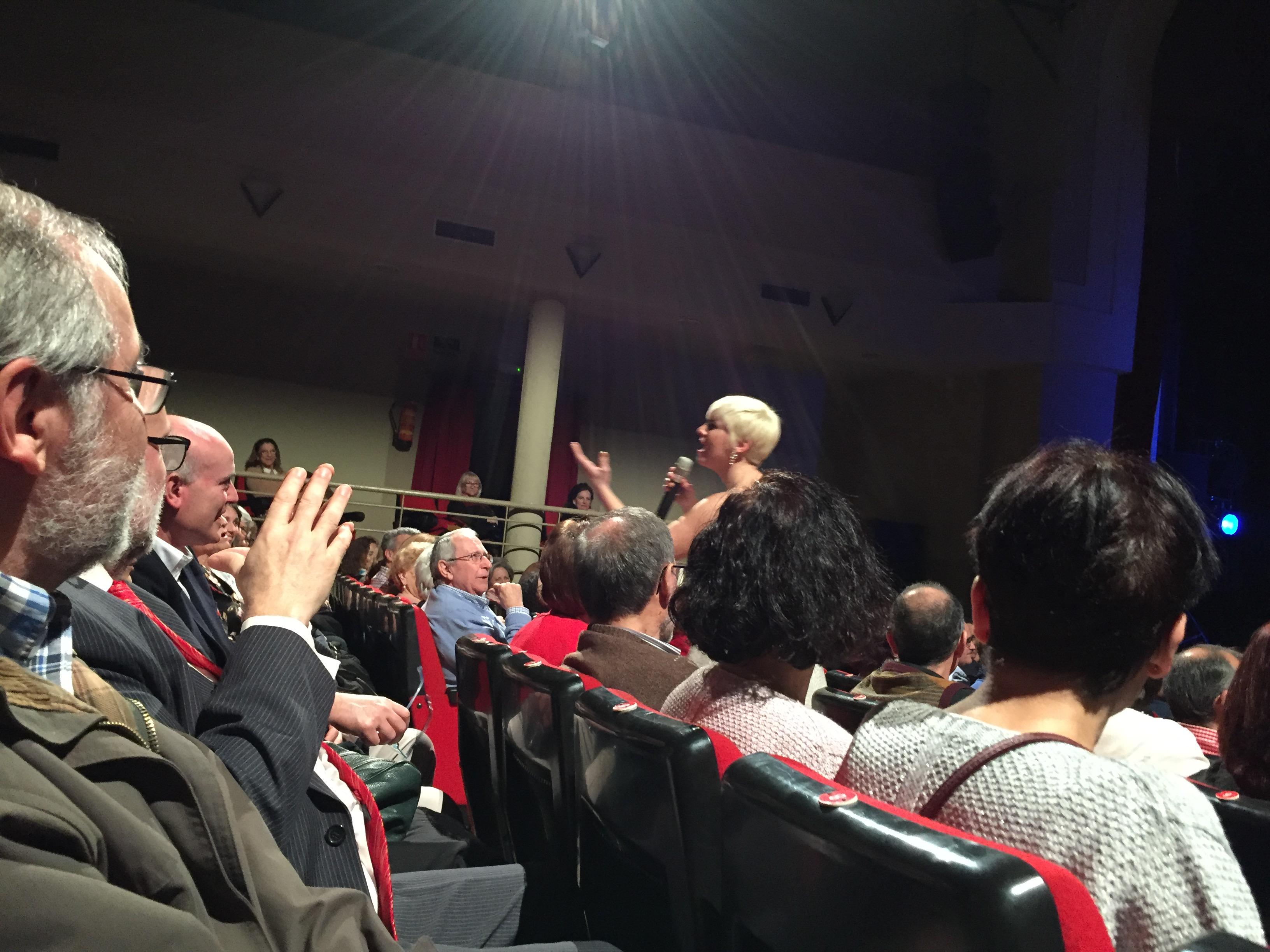 """Pasión Vega se mezcla con el público en su primera visita a Majadahonda: """"El escenario es pequeño pero me siento muy a gusto"""""""