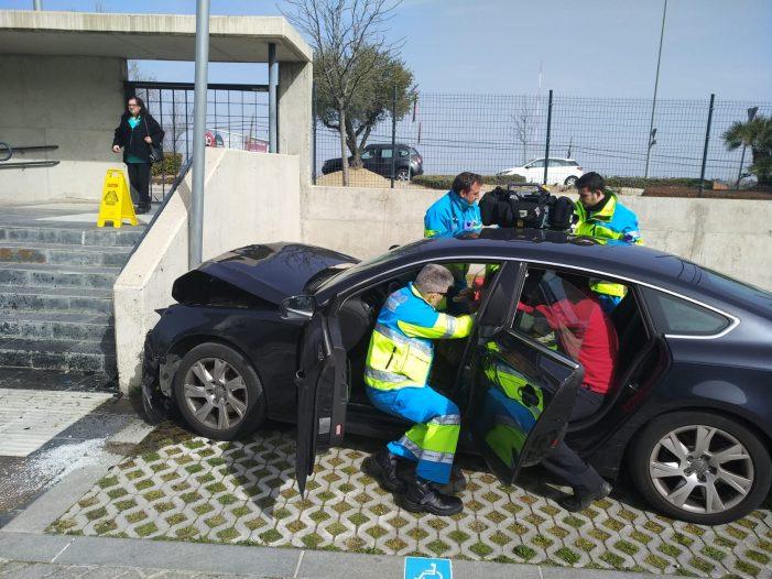 Dos mujeres se estrellan contra un muro de hormigón en el parking de la Policía en Majadahonda