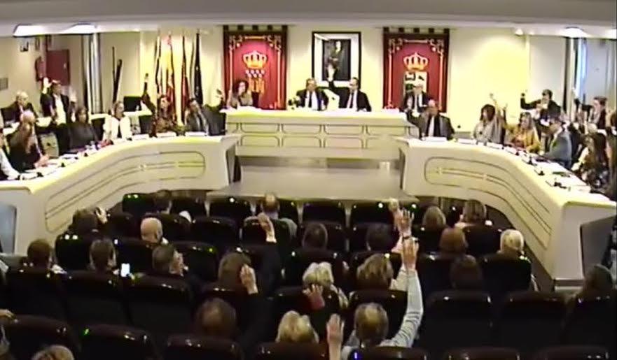 """Las """"perlas políticas"""" del pleno de Majadahonda: público votando, Narciso y Riquelme (PP), Socorro (PSOE), Sonia vs Irene (Somos), Mercedes (centrista) y Juancho (IU)"""