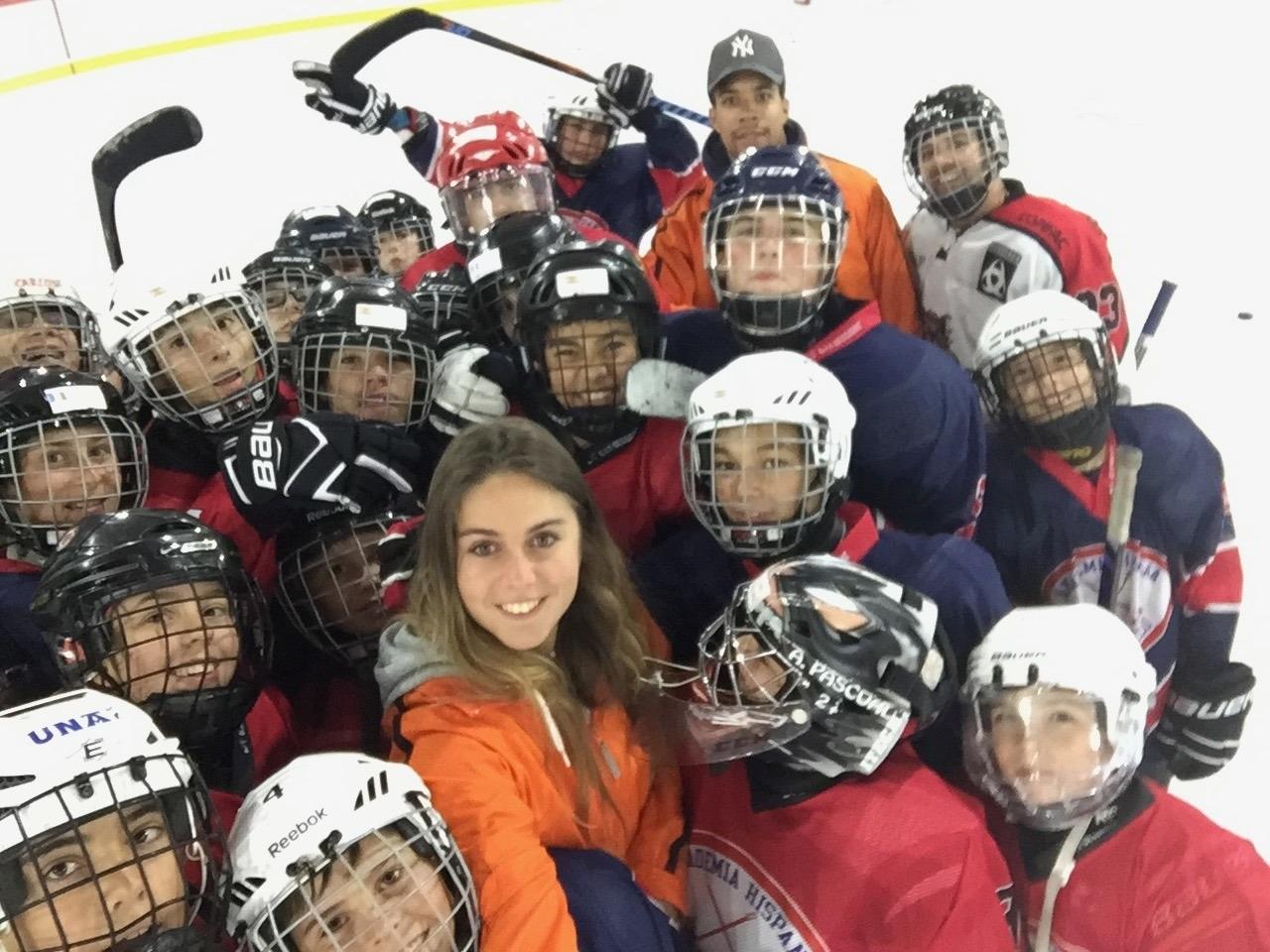 Una joven universitaria de Majadahonda elabora una encuesta sobre el interés por los deportes de hielo