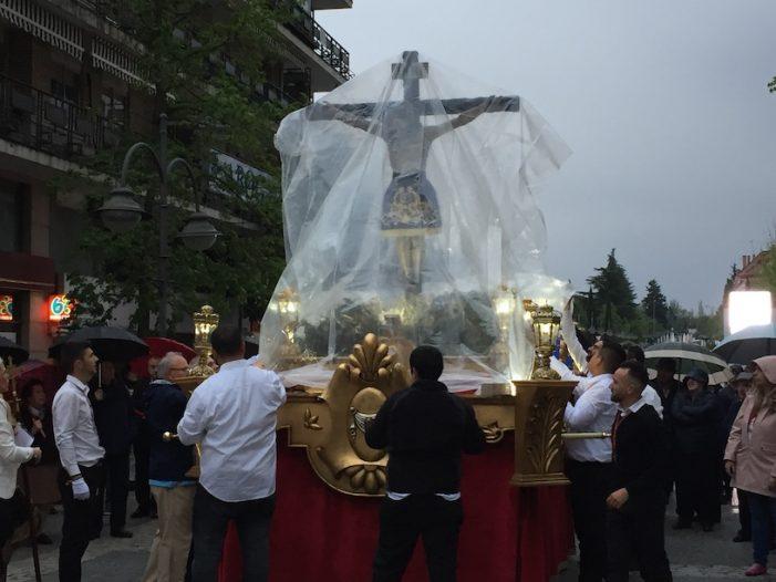La lluvia no desanimó al público en la 1ª procesión de la Semana Santa Majadahonda 2019
