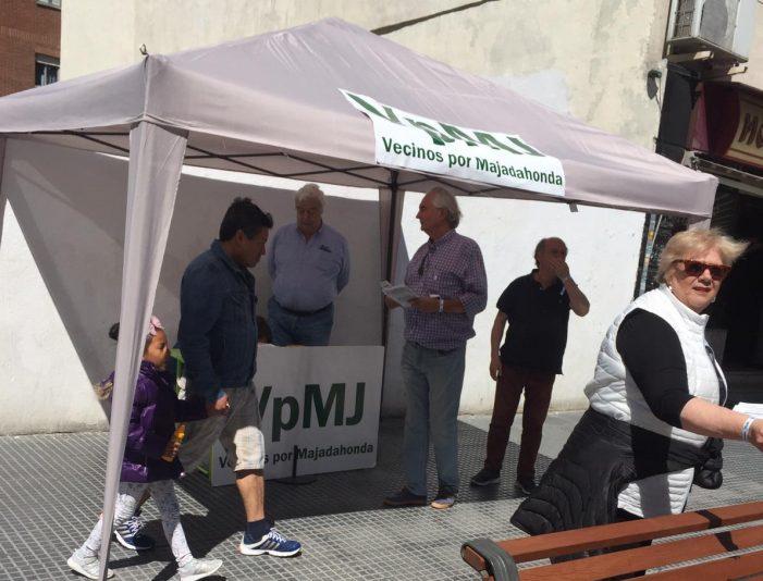 """""""Vecinos por Majadahonda"""" recibe las primeras visitas a su """"jaima"""" y reclama mejoras en el Monte del Pilar"""