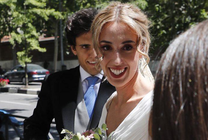 La prensa del corazón se concentra en Majadahonda para ver la boda de la nieta de Ruiz Mateos