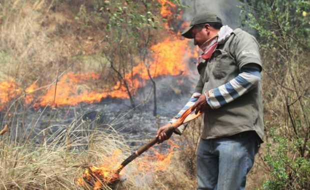 Una quema de arbustos en las afueras de Majadahonda desata un fuerte olor a quemado, picor de ojos y alarma social
