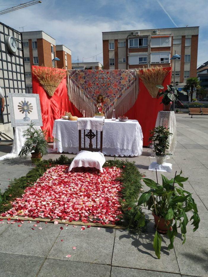"""Majadahonda celebra la tradición del """"Corpus Christi"""" con altares y flores"""