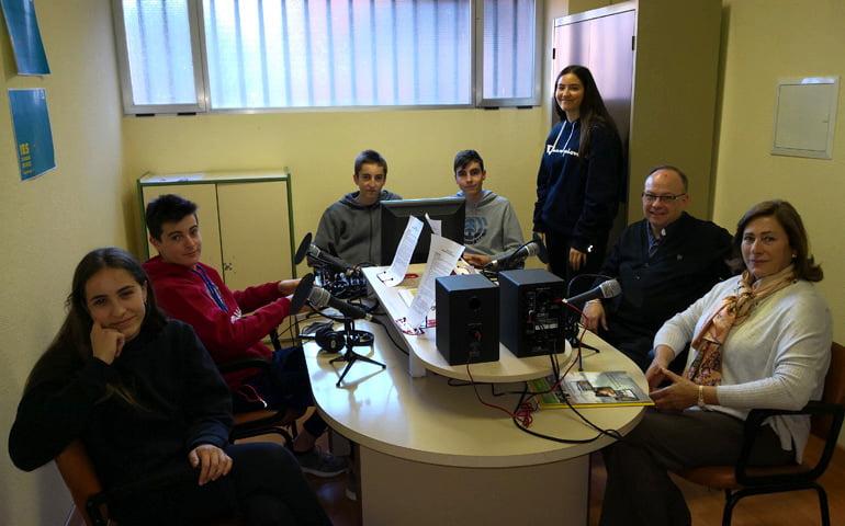 La profesora de religión del Leonardo (Majadahonda) promueve el voluntariado con una radio de los alumnos