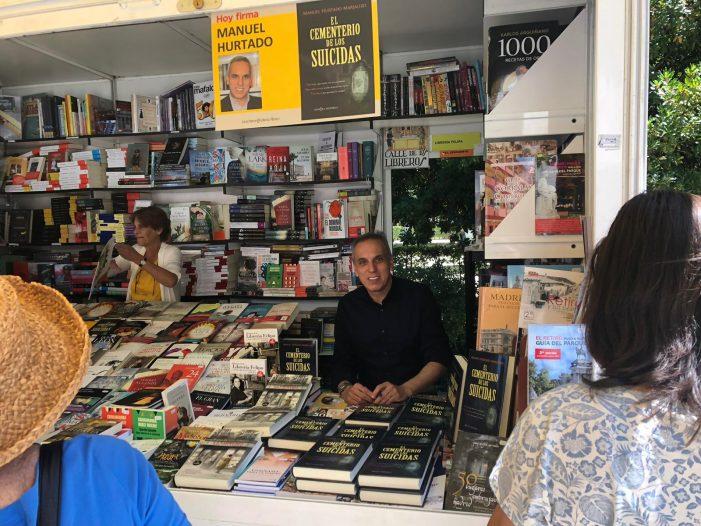 El escritor majariego Manuel Hurtado firmó ejemplares en la Feria del Libro de Madrid 2019