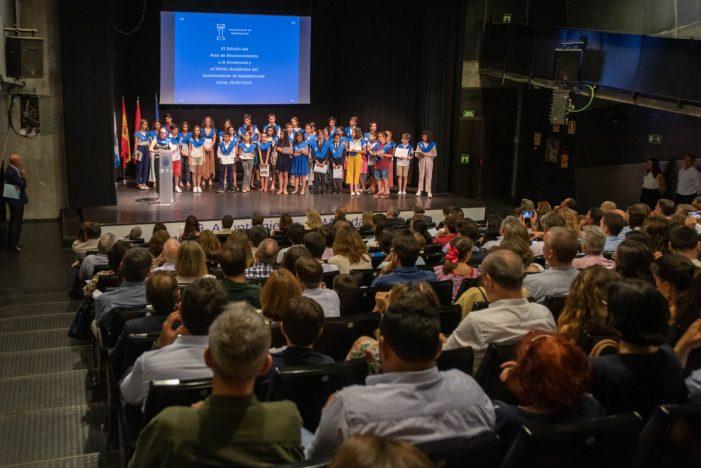 """Los 49 alumnos de 30 centros """"excelentes"""" en Majadahonda que recibieron el Premio al Mérito Académico"""