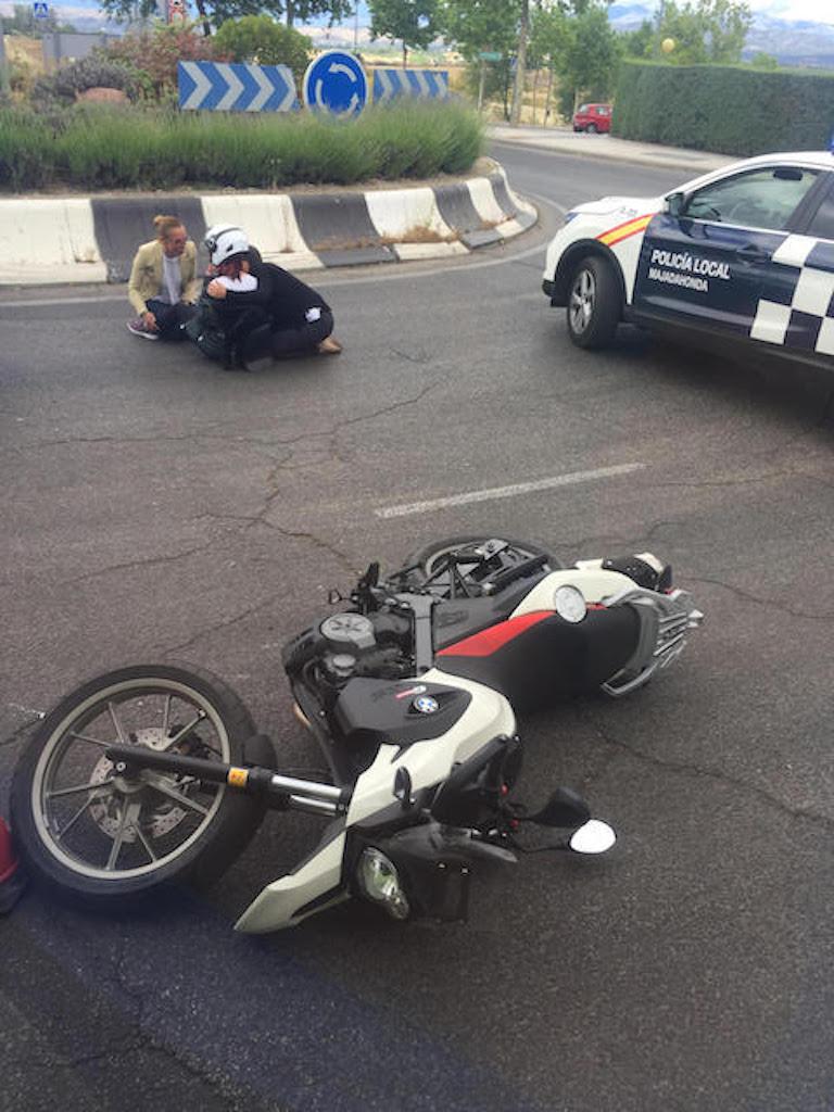 Una motorista resulta herida al ser golpeada por una furgoneta en la rotonda de la Pulpería (Majadahonda)