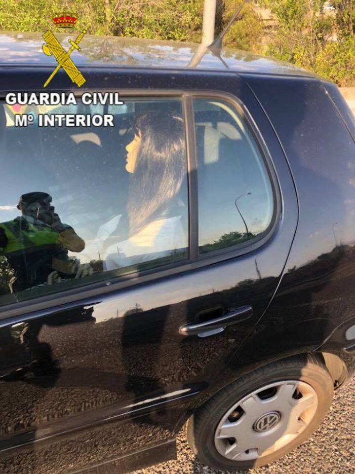 Guardia Civil multa con 200 € a una conductora que iba con un maniquí por el Bus Vao (A-6)