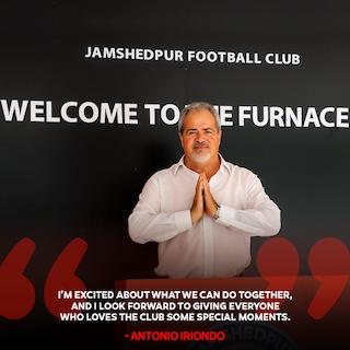 """El entrenador Iriondo recibido como un """"santón"""" en la India: fotos y reseñas de la prensa hindú"""
