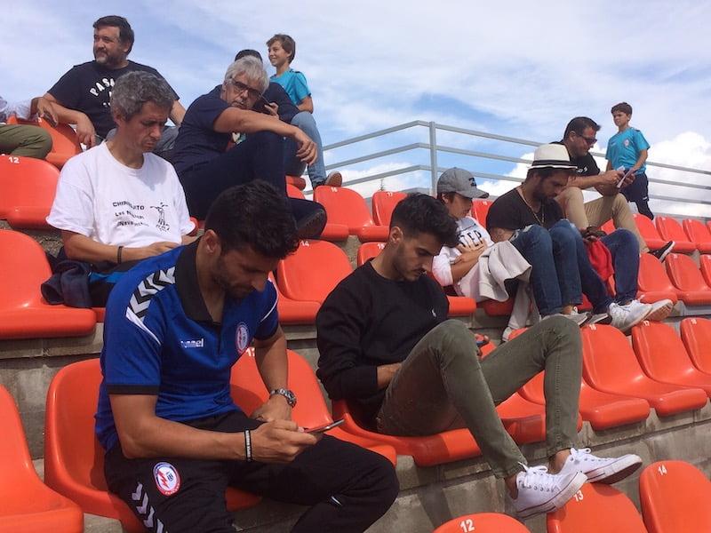 Rayo Majadahonda y At. Madrid B: futbolistas y familiares, técnicos, empresarios y políticos en la grada
