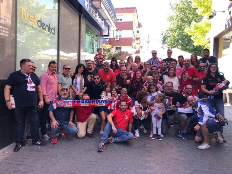 """Aficionados de Majadahonda regalan por sorpresa a Adelardo la letra """"C"""" del Estadio Vicente Calderón"""