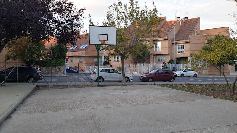 Peligro en una cancha de baloncesto de Majadahonda sin red para evitar la salida de balones