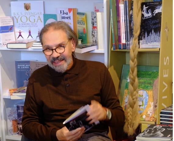 """José Molina Melgarejo presenta en Majadahonda """"El Retrovisor"""" tras el éxito de """"El alma desnuda"""" en la librería """"Las rubias también leen"""""""