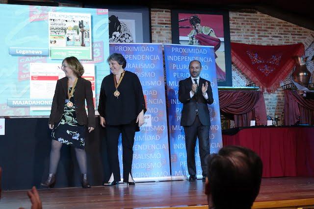 """Julia Bachiller recogió el """"Premio Prensa Local"""" para Majadahonda Magazin otorgado por Canal 33"""