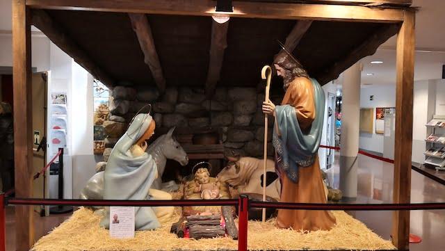 Éxito de la Fiesta de Navidad 2019 dedicada a los Mayores de Majadahonda: un belén de Lladró en la Casa de la Cultura