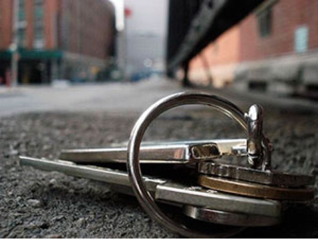 Policía Majadahonda actualiza la lista de los 300 objetos perdidos hasta 2020: llaves, móviles, gafas y un monopatín