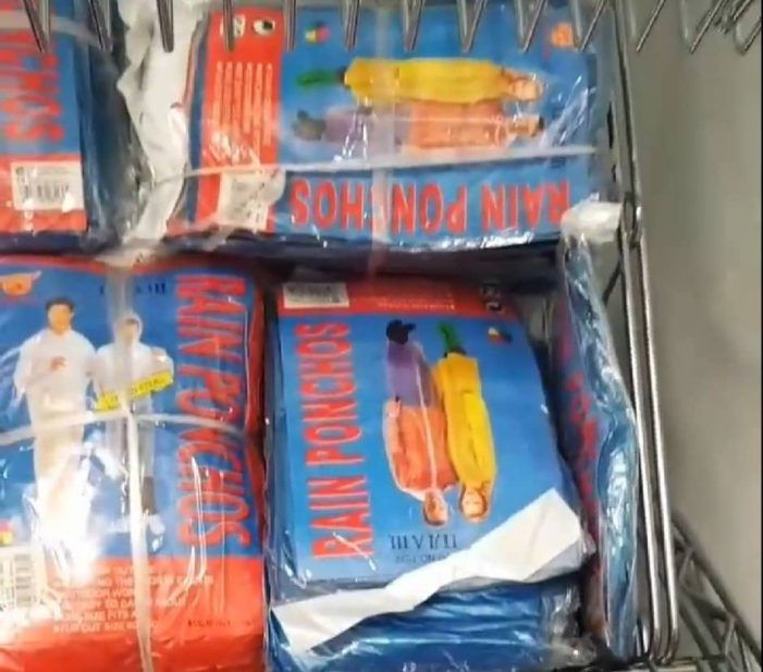 """El Hospital de Majadahonda entrega """"ponchos"""" chinos a los sanitarios como protección"""