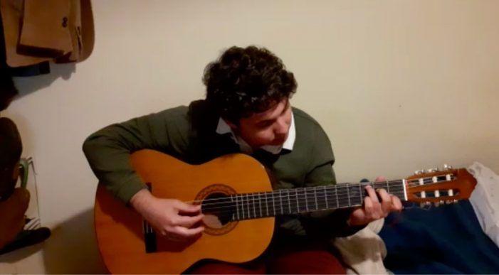 El músico de Majadahonda Pablo Aldecoa compone una canción a los medios de comunicación