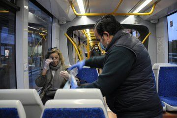 Los alcaldes de Boadilla y Pozuelo salen a la calle a repartir mascarillas gratis para concienciar a la población