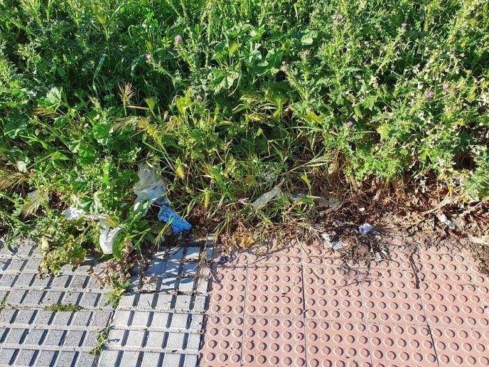 Un vecino de Majadahonda denuncia que los guantes usados contra el coronavirus en un Mercadona se abandonan en la calle