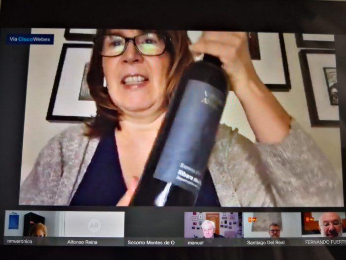"""La concejala socialista de Majadahonda pide perdón por la imagen con la botella de vino: """"totalmente inapropiada"""""""