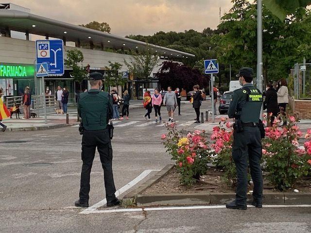 """""""Caceroladas"""" en Majadahonda al grito de """"libertad"""" y """"el pueblo unido jamás será vencido"""" ante la Guardia Civil"""