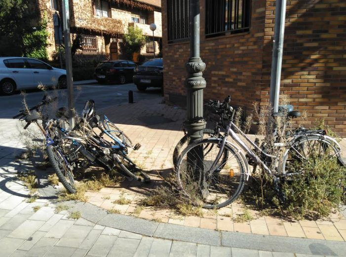 """El Duende Majariego: """"Una curiosa fotografía de una familia de bicicletas en El Tejar de Majadahonda"""""""