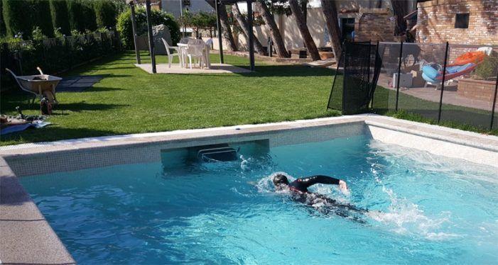 Un bañista con neopreno inaugura la piscina de verano en la urbanización Las Huertas de Majadahonda