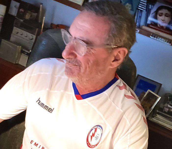 El periodista radiofónico Carlos Herrera presenta su programa con la camiseta del Rayo Majadahonda