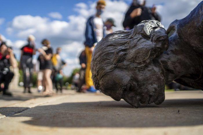 """Libertad de pensamiento y expresión: vandalismo en las estatuas y persecución de científicos con el """"caso Pinker"""""""