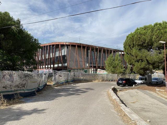 "PP-Vox prometen al PSOE recuperar el edificio abandonado de la antigua ""London School"" de Majadahonda"