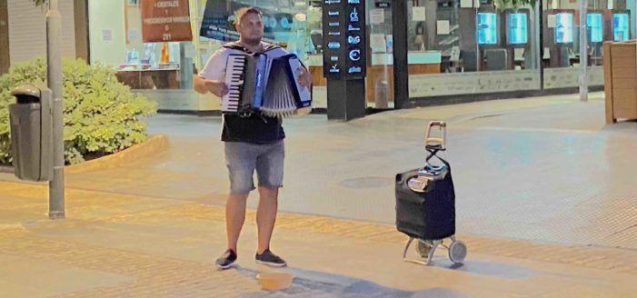 Músicos callejeros en Majadahonda: ¿entretenimiento, molestia o indiferencia?