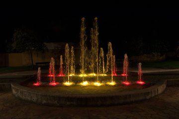 105 entidades y 600 personas piden abrir los parques: PP Majadahonda prefiere poner luces rojigualdas en las fuentes
