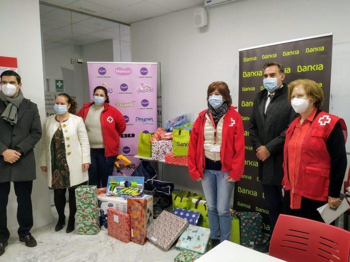 Cruz Roja Majadahonda-Las Rozas reparte 410 juguetes, 100 donados por empleados de Bankia y Famosa