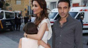 Paloma Cuevas y Enrique Ponce con su hija