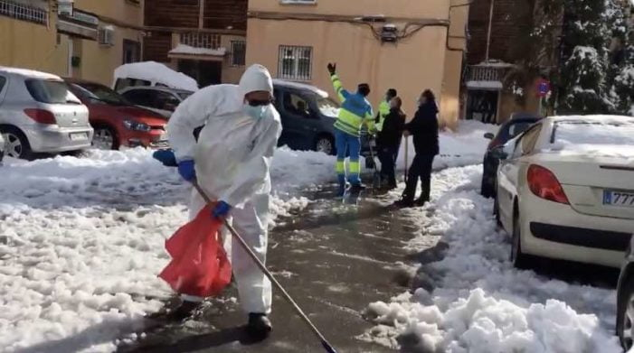 """Médicos y sanitarios de Majadahonda van a trabajar andando sobre la nieve: """"lo hacemos por moral"""""""