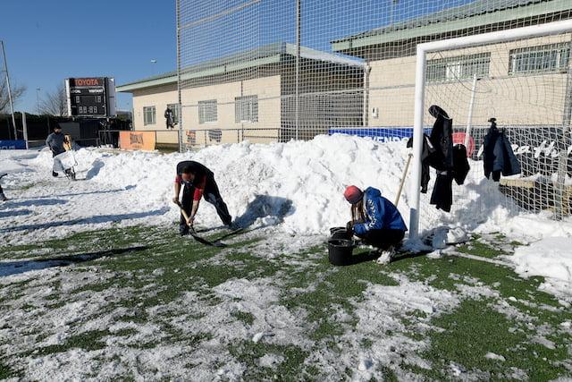 Los aficionados responden al Rayo Majadahonda y limpian de nieve el campo de La Oliva